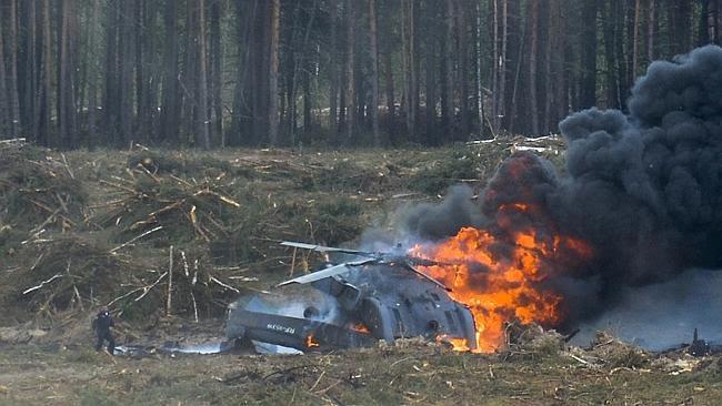 Video: Trực thăng Nga rơi khi biểu diễn, phi công tử nạn - 1