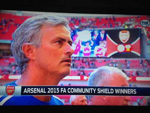 Mourinho ném huy chương, Wenger thành siêu anh hùng - 2
