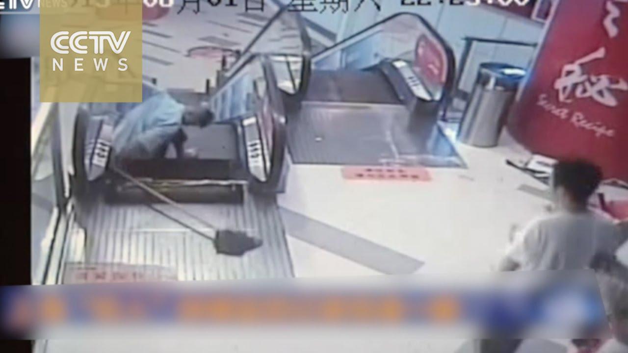 """Video: """"Thang cuốn tử thần"""" lại nghiền nát chân lao công TQ - 2"""