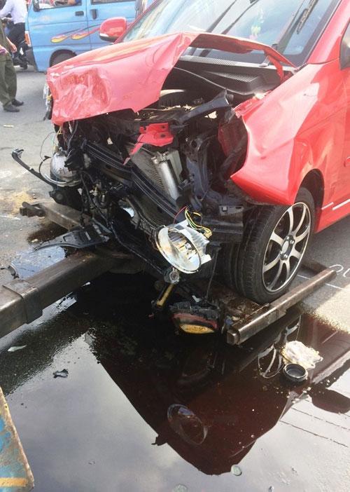 Va chạm mạnh với ô tô con, xe cấp cứu nổ lốp - 2