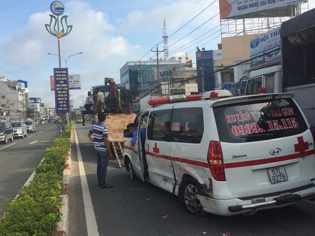 Va chạm mạnh với ô tô con, xe cấp cứu nổ lốp - 1