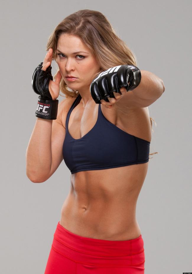 Ronda Rousey sinh năm 1987 tại Mỹ và có chiều cao 1m70