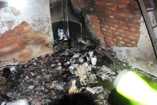 Cháy phòng trọ, thanh niên liều mình mang bình gas cháy sém ra ngoài - 1