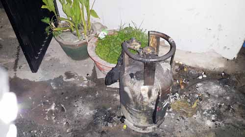 Cháy phòng trọ, thanh niên liều mình mang bình gas cháy sém ra ngoài - 2