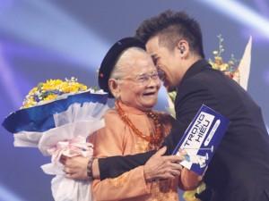 Bà ngoại 90 tuổi ủng hộ hết mình cho Trọng Hiếu