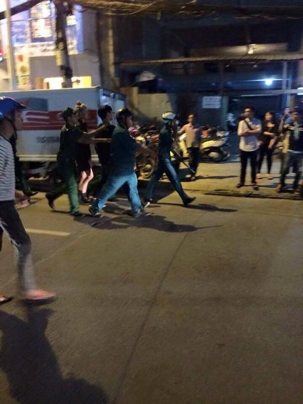 """Hai cô gái """"hẹn"""" đánh nhau xôn xao cả phố đi bộ Sài Gòn - 5"""