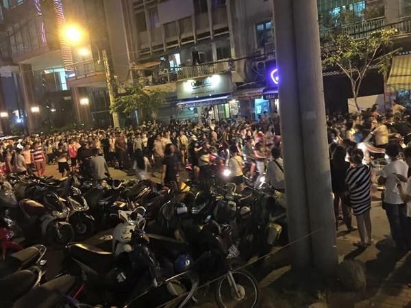 """Hai cô gái """"hẹn"""" đánh nhau xôn xao cả phố đi bộ Sài Gòn - 7"""