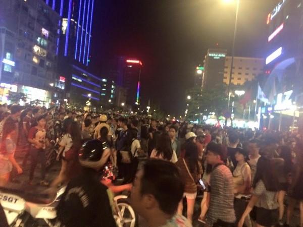 """Hai cô gái """"hẹn"""" đánh nhau xôn xao cả phố đi bộ Sài Gòn - 8"""