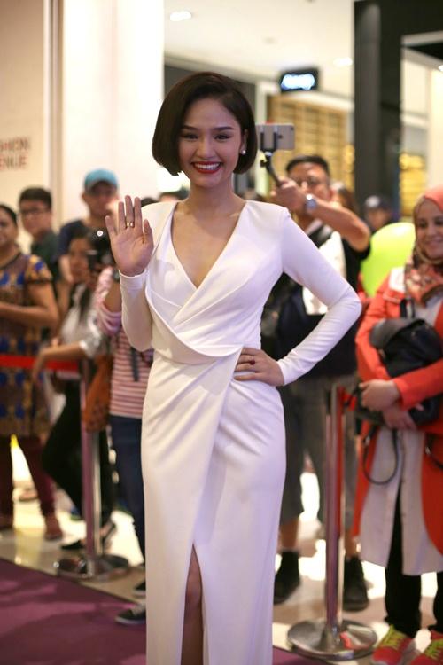 Miu Lê nhí nhảnh chụp ảnh cùng 2 đạo diễn Hollywood - 1