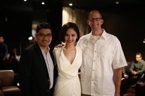 Miu Lê nhí nhảnh chụp ảnh cùng 2 đạo diễn Hollywood - 6