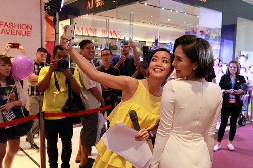 Miu Lê nhí nhảnh chụp ảnh cùng 2 đạo diễn Hollywood - 10
