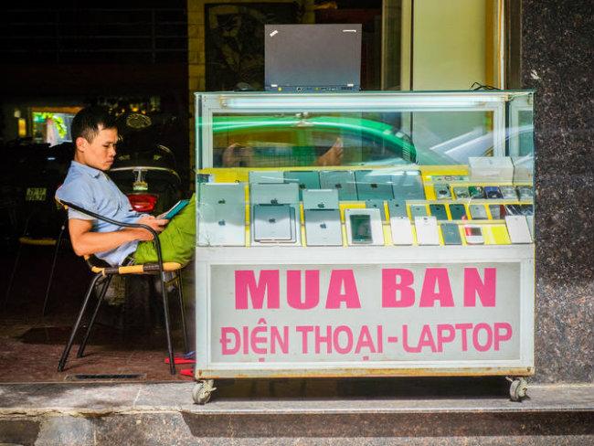 """Trong bài viết hôm 1/8, tờ báo công nghệ CNET (Mỹ) cho biết, các sản phẩm của Apple như iPhone, iPad đang tạo ra """"cơn sốt"""" ở khắp Việt Nam. Ngay cả một tiệm bán điện thoại di động nhỏ như ở phố Đặng Dung, Hà Nội này cũng toàn là sản phẩm của Apple."""