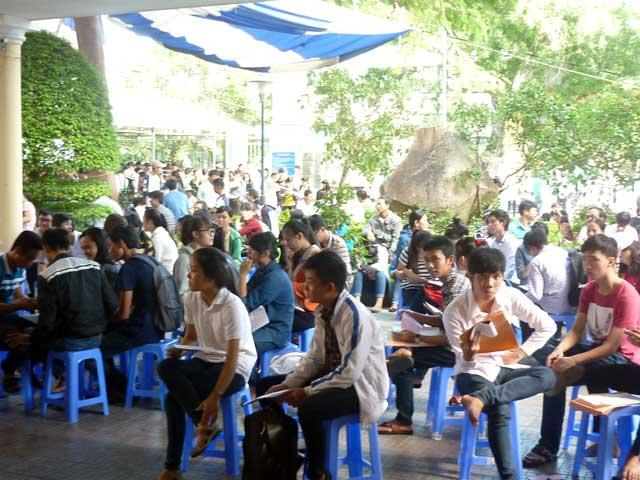 Ngày thứ 3, thí sinh vẫn ùn ùn đổ về Đà Nẵng nộp HS xét tuyển - 1