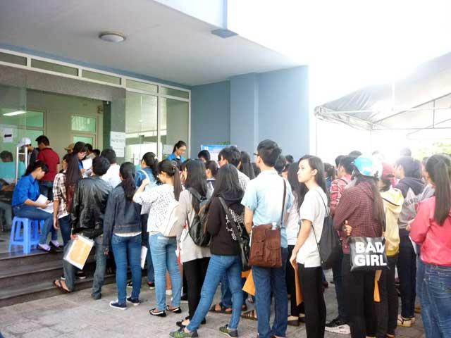 Ngày thứ 3, thí sinh vẫn ùn ùn đổ về Đà Nẵng nộp HS xét tuyển - 3