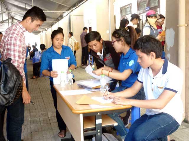 Ngày thứ 3, thí sinh vẫn ùn ùn đổ về Đà Nẵng nộp HS xét tuyển - 4