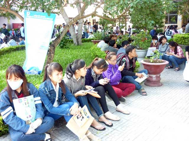 Ngày thứ 3, thí sinh vẫn ùn ùn đổ về Đà Nẵng nộp HS xét tuyển - 2