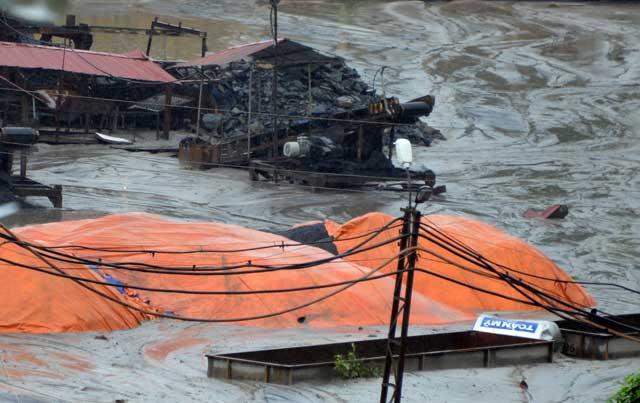 Quảng Ninh vẫn mưa lớn, ngập 3km đường lò than - 1