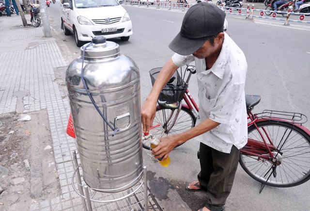Những bình trà đá miễn phí mát tình người ở TPHCM - 1
