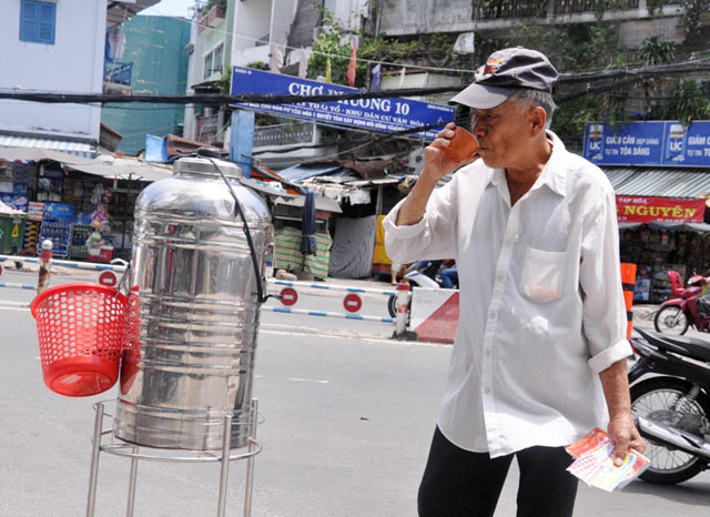Những bình trà đá miễn phí mát tình người ở TPHCM - 2