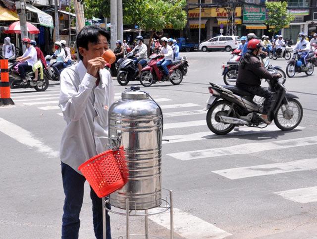Những bình trà đá miễn phí mát tình người ở TPHCM - 4
