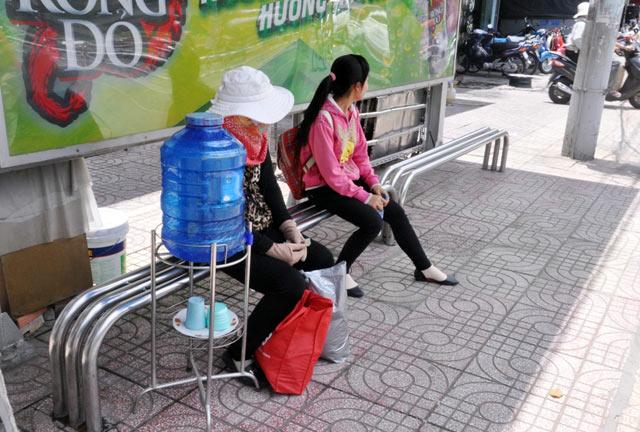 Những bình trà đá miễn phí mát tình người ở TPHCM - 10