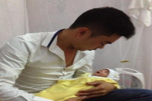 Xúc động ông bố trẻ ôm con 18 ngày tuổi đi xin sữa - 1