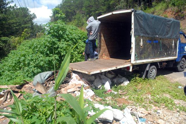 Bắt quả tang xe biển xanh đổ trộm rác thải - 2
