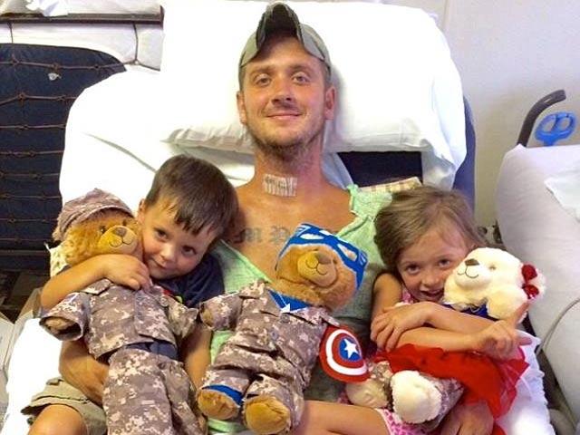 Lính đặc nhiệm Mỹ xả thân cứu bé gái trong bão dữ - 2