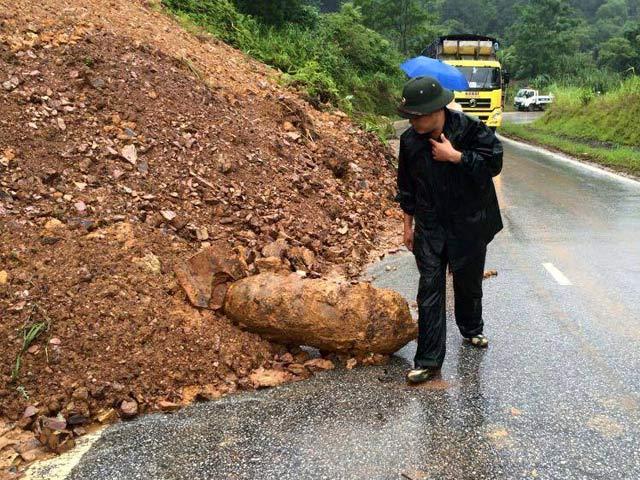 Quả bom nặng 400kg lăn ra đường sau sạt lở đất - 1