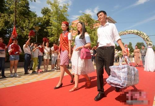 Tân sinh viên đại học được chào đón như siêu sao - 6