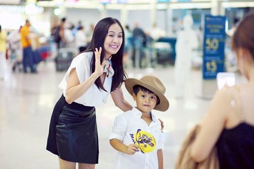 Con trai Thanh Thúy cười tít mắt khi được xuất ngoại - 7