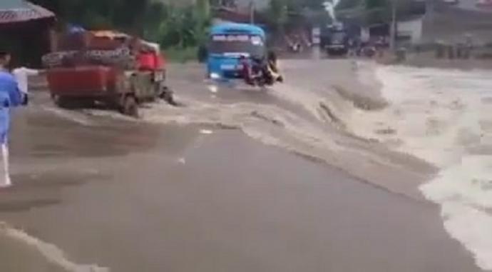 Clip: Hành khách liều mạng đẩy xe qua dòng nước hung dữ - 1
