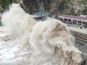 """Siêu bão """"quái vật"""" càn quét Đài Loan, cuốn bé gái ra biển"""