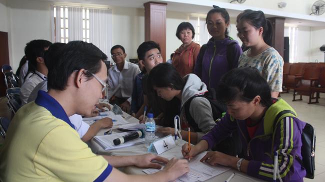 Xét tuyển ĐH, CĐ tại TPHCM: Hối hả chuyển ngành, rút hồ sơ - 1
