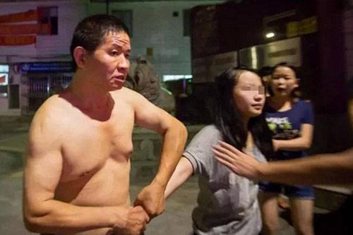 TQ: Phẫn nộ ông bố hành hung con gái giữa phố - 1