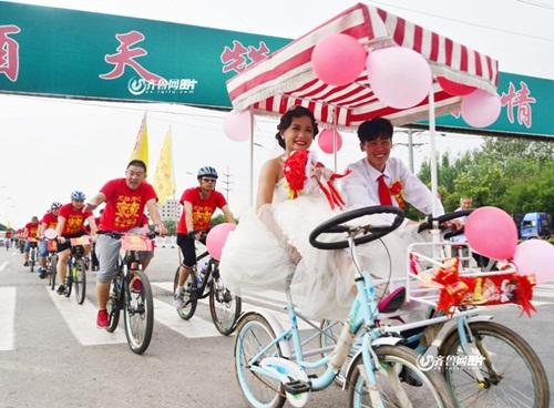 Chàng trai đạp xe 26km rước dâu xôn xao dư luận - 1