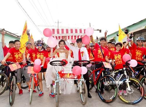 Chàng trai đạp xe 26km rước dâu xôn xao dư luận - 2