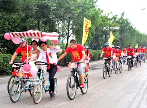 Chàng trai đạp xe 26km rước dâu xôn xao dư luận - 5