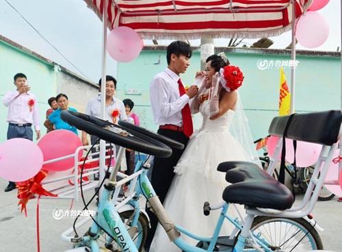 Chàng trai đạp xe 26km rước dâu xôn xao dư luận - 6