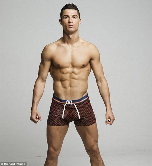 Cristiano Ronaldo làm người mẫu mặc nội y tự thiết kế - 1