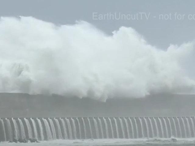 """Clip: Sóng """"tử thần"""" nuốt người ập vào bờ biển Đài Loan - 1"""