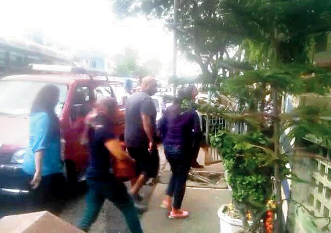 """Ấn Độ: Cảnh sát vây bắt 40 cặp đôi """"ăn cơm trước kẻng"""" - 1"""