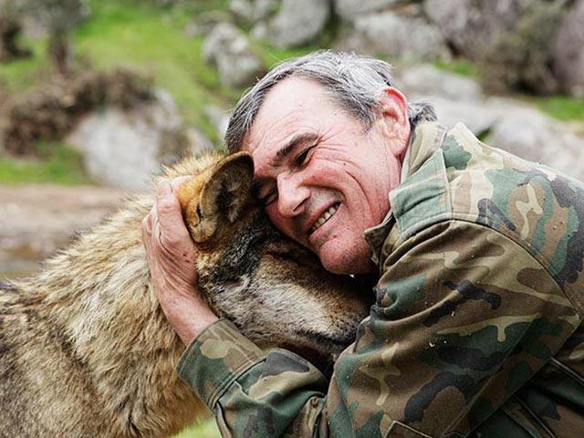 Chuyện ly kỳ về người đàn ông được sói hoang nuôi 12 năm