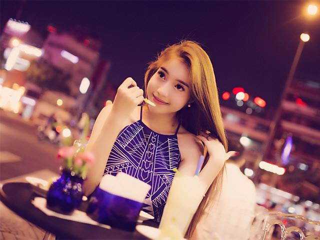 Elly Trần xinh tươi dạo phố đêm Sài Gòn
