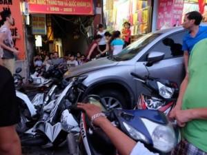 HN: Xe ô tô đâm liên hoàn, nhiều người bị thương