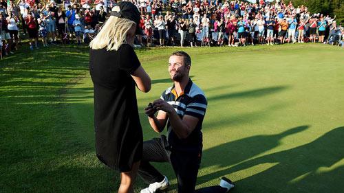 Vừa ghi điểm, tay golf liền quỳ gối cầu hôn bạn gái - 1