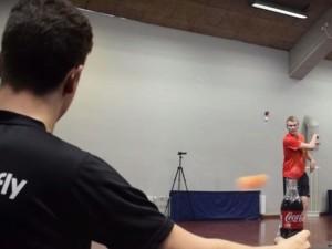 """Video: """"Dị nhân"""" mở nắp chai bằng…quả bóng bàn"""