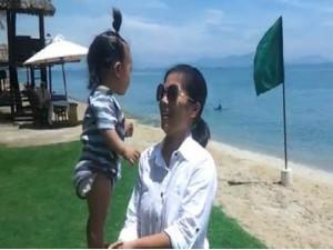 Clip sốc: Bé gái 7 tháng tuổi đứng thăng bằng trên tay mẹ