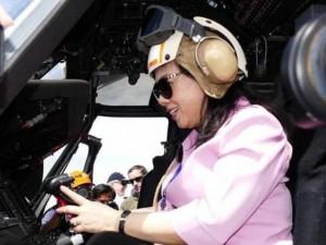 Bộ trưởng Y tế đội mũ phi công lên trực thăng trên tàu bệnh viện Mỹ