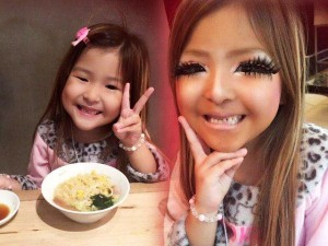 Phát hoảng vì gương mặt bự phấn của bé gái 6 tuổi